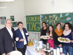 Kostproben aus aller Welt konnten (v.l.) Staatssekretär Dr. Marc Jan Eumann und Schulleiterin Astrid Hofmeister probieren.